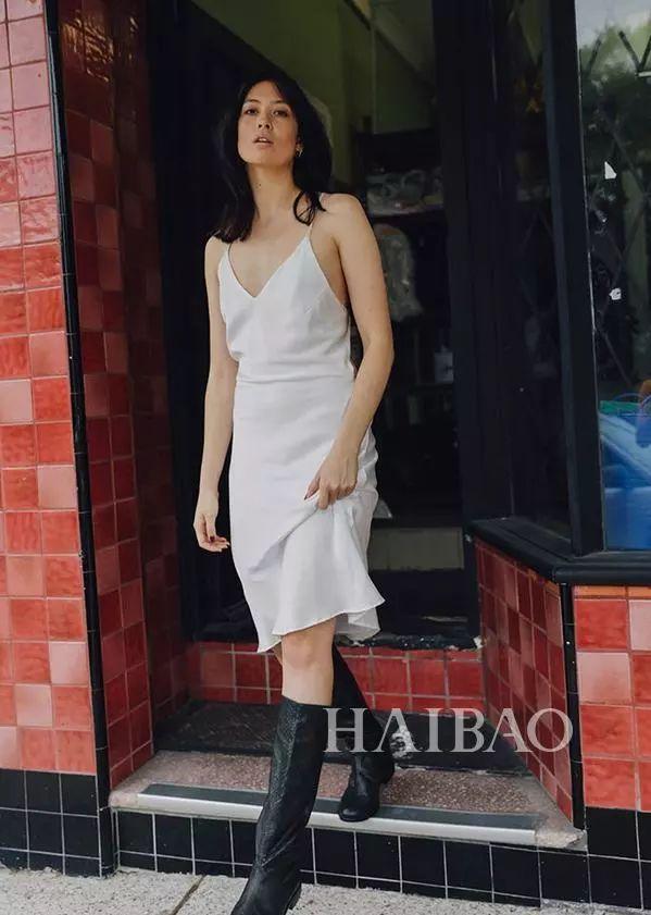 可爱的白色背带裤造型,因为有了黑色肩带细节而变得有趣.