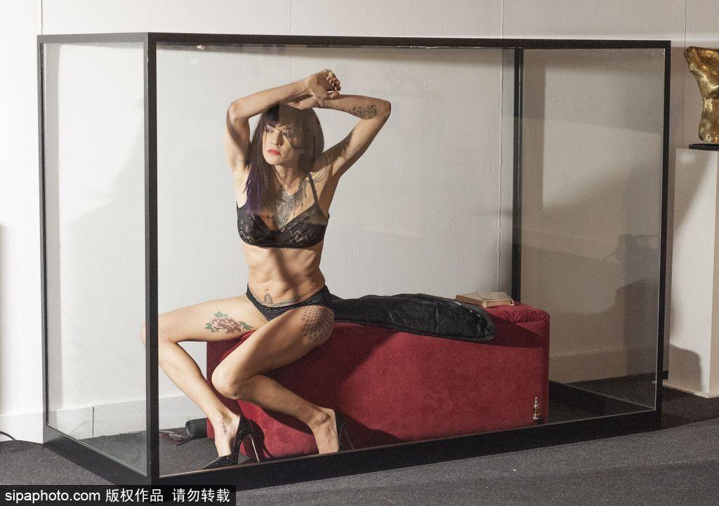"""为艺术献身!意大利女演员精美纹身成博物馆""""展品""""图片"""