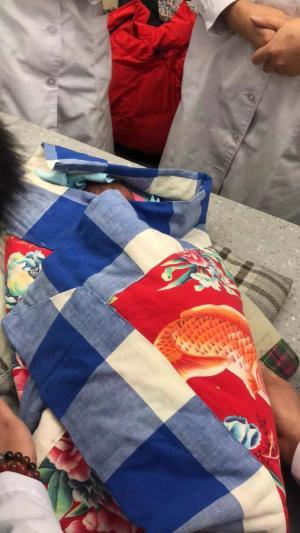 狠心!哈尔滨一早产婴儿元宵节被遗弃垃圾桶旁图片