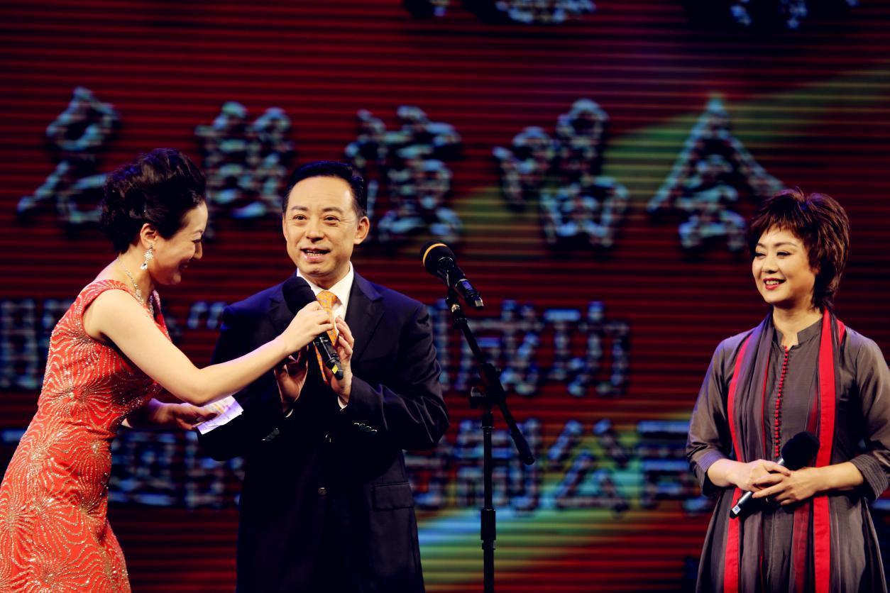 """花旦主持人徐俪嘉与""""京剧表演艺术家""""李胜素 于魁智同台献艺"""