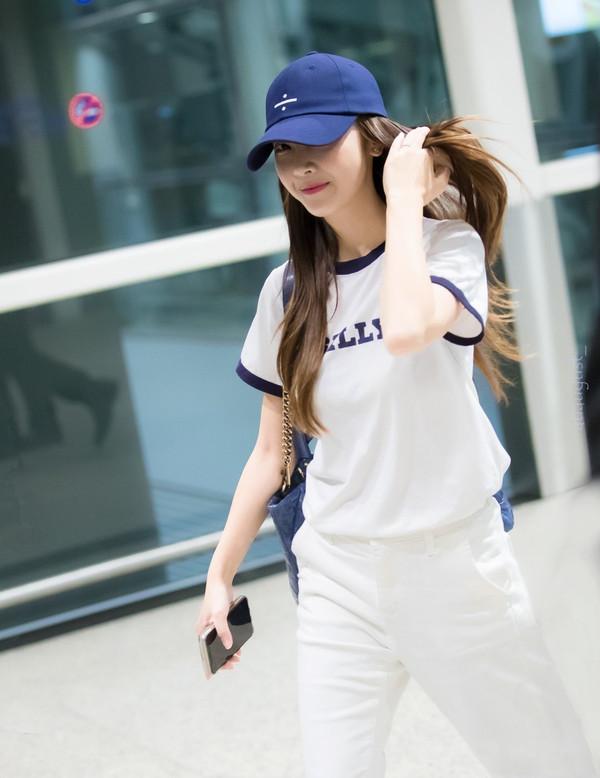 郑秀妍机场街拍 韩国明星街拍 棒球帽成了爱豆的出街必备,走路带风.