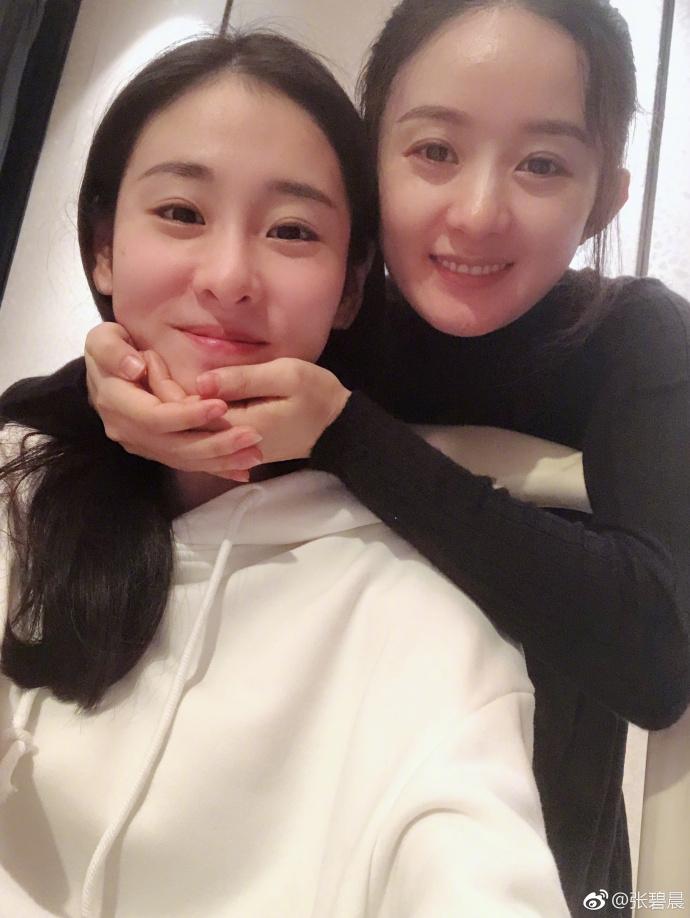 张碧晨为赵丽颖庆生晒私照 小寿星眉心一点红可爱