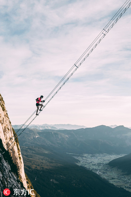 """奥地利山间惊悬一架""""天梯"""" 数人攀爬画面惊心"""