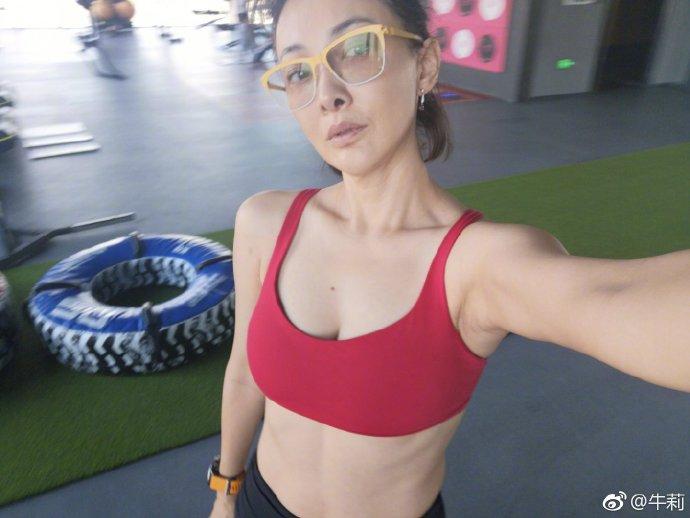 自拍夫妻秀_牛莉早起健身不忘自拍 秀腹肌马甲线抢镜