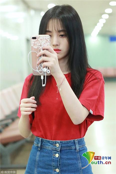 鞠婧祎频举手机整理妆容 可爱撩人颜值令人舔屏