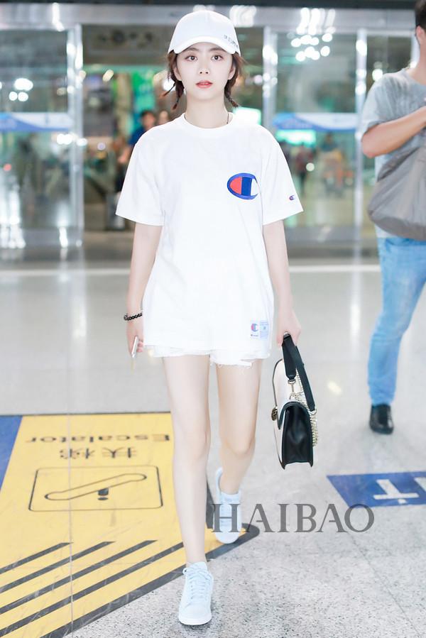 明星街拍机场街拍 华语明星街拍 t恤 手袋 宝格丽 nike运动鞋 白色