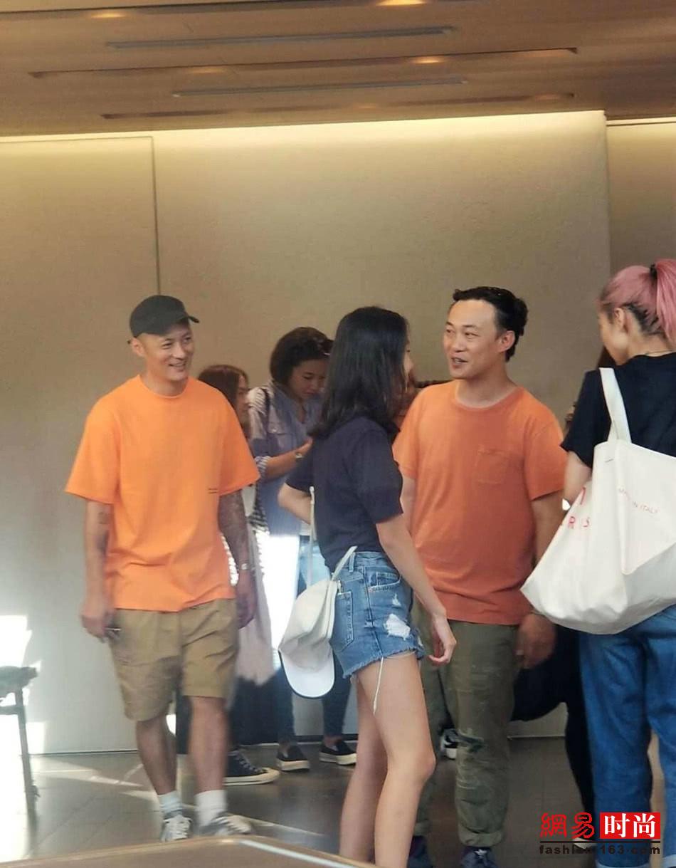 陈奕迅陪老婆日本购物 夫妻二人穿着相差大