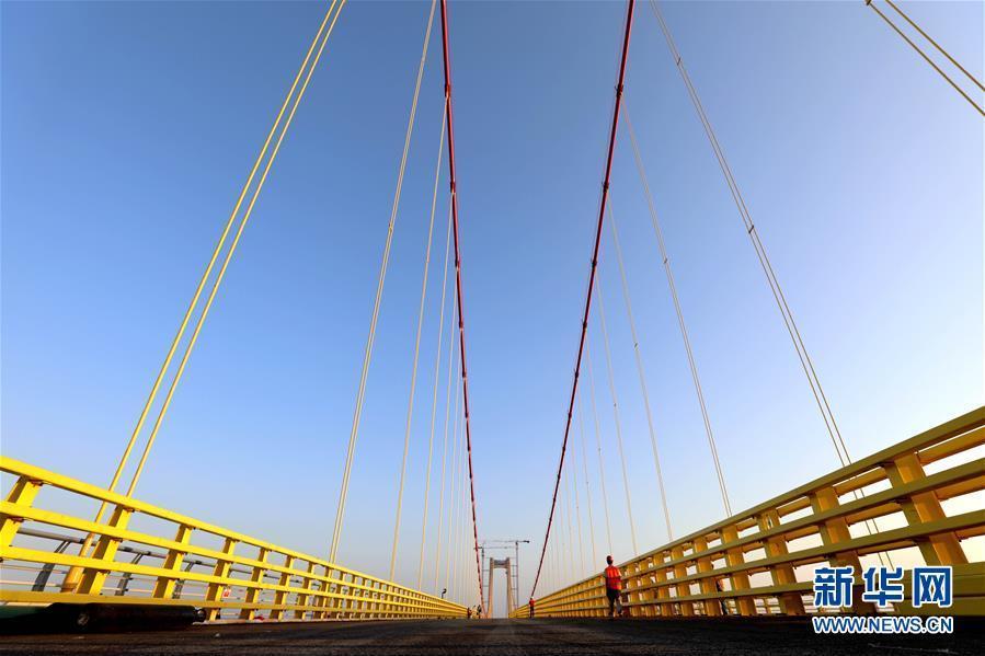 这是5月10日在莫桑比克马普托拍摄的马普托跨海大桥。由中国路桥公司承建的中国在莫桑比克最大基建项目——马普托跨海大桥及其连接线工程预计将于2018年6月正式通车。这座总长3公里多的跨海大桥建成后,将以680米长的主跨,成为非洲主跨径最大的悬索桥,并极大便利马普托和对岸卡腾贝之间的交通。新华社记者王腾摄