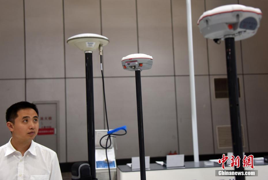 5月24日,上海司南卫星导航技术股份有限公司展台前,一位观众驻足了解司南导航展出的新款GNSS(全球导航卫星系统)专业接收机。当日,第九届中国卫星导航学术年会继续在哈尔滨举行,同期举办的第九届中国卫星导航技术与应用成果展,吸引众多业内外人士前来参观。 中新社记者 孙自法 摄