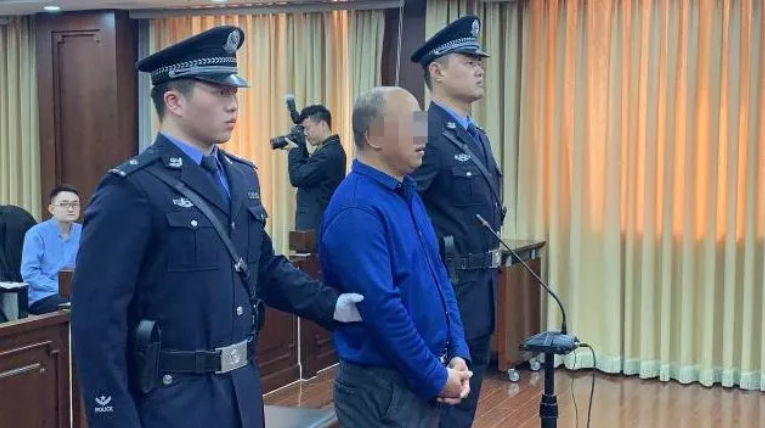 北京往火锅里扔死老鼠敲诈海底捞五百万的男子获刑3年
