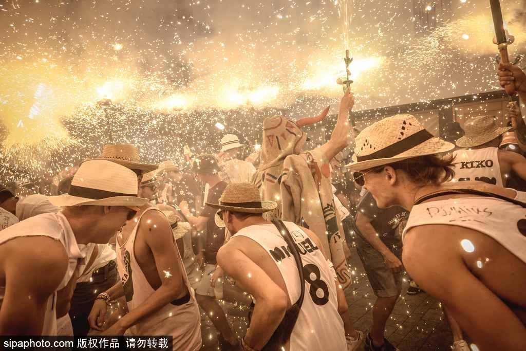 西班牙锡切斯狂欢节:创意烟火秀点亮夜空嗨翻全