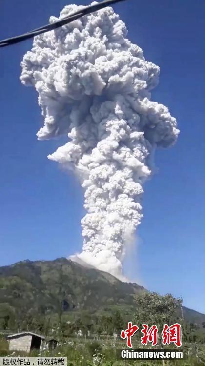 <p>  当地时间6月1日早上,印度尼西亚爪哇岛默拉皮火山(Merapi)再度喷发,喷发蒸气高达6000米,火山警戒等级维持为第2级。当局下令火山口半径3公里内禁止民众活动。</p> <p>  默拉皮火山近日的喷发属于蒸气喷发(phreatic eruption),代表岩浆加热地下水使压力升高,因而喷出蒸气。</p>