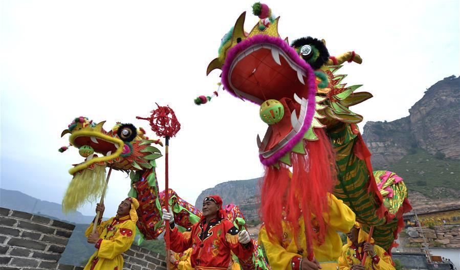 Hebei: Artistas interpretan danza de dragón en punto escénico de Jiulongxia
