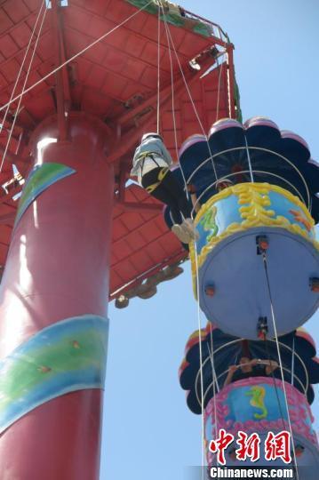 图为:温州一游乐园设备故障,3名游客被困高空。唐伟鹏 摄