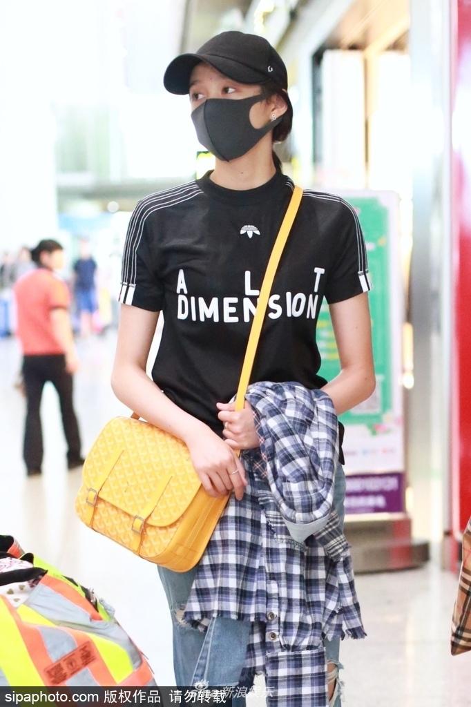 彤现身机场戴口罩帽子包裹严实 外八字走路带