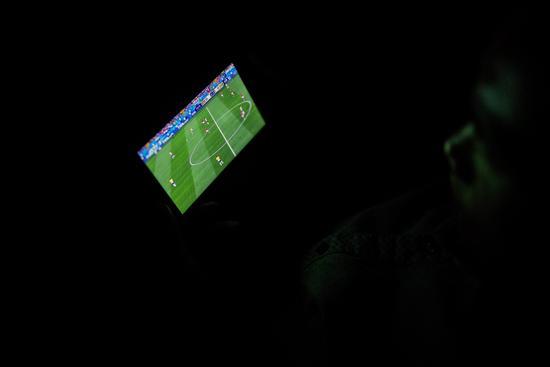 外卖小哥的世界杯时间:抽空趁机看一眼屏幕