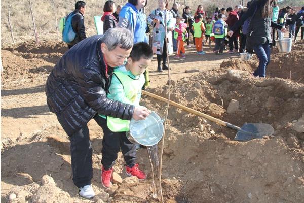 春天来圣泉山植树 为京郊增添一抹绿