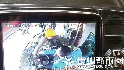 又有人抢公交车方向盘!涉事男子被乘客和司机撂倒,已拘留