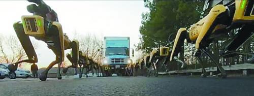 上图为机器狗们拉货车的画面,下图为Spot Mini。