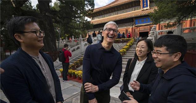 Tim Cook visita al Templo Confucio de Beijing y al Colegio Imperial